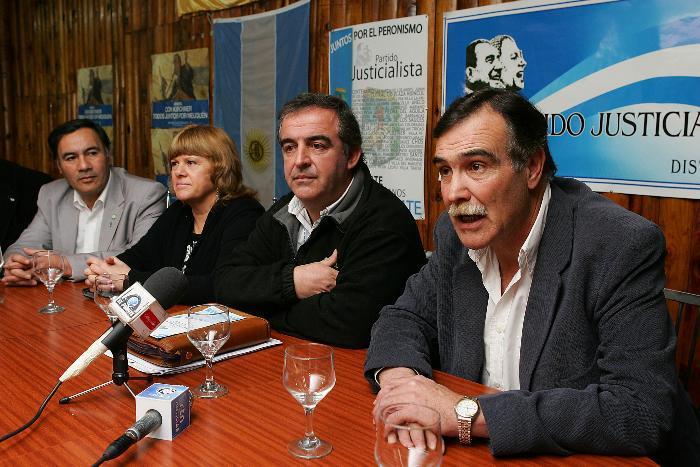EL PJ PRESENTO EN LA CASA PERONISTA AL CANDIDATO A INTENDENTE DE  VIL